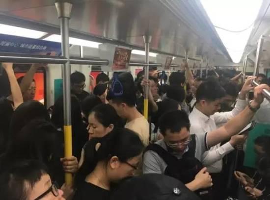 女性车厢塞满男乘客 女士优先车厢女士并未优先