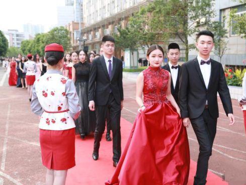 毕业生盛装走红毯 同学们各个国际范儿十足