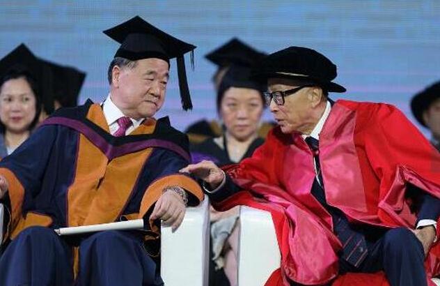 李嘉诚参加汕头大学毕业典礼与莫言同框