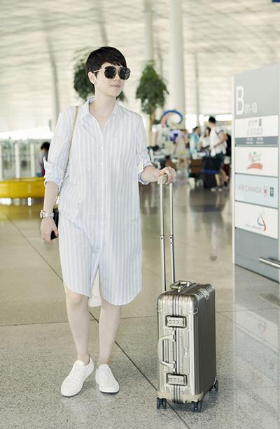 海清机场街拍造型示范 蓝色条纹衬衫连衣裙清爽又自然