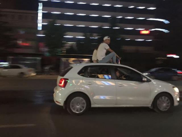 坐车顶兜风遭罚 牛掰网友:车辆违章需要被惩罚