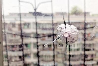 玻璃成靶子被击穿 是谁把亮晶晶的钢珠往玻璃上打?