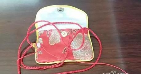 女子网购玉饰变红绳 商家欲让快递背黑锅