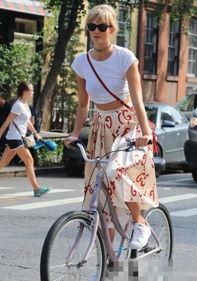 欧美达人街拍造型示范 露脐上衣和伞裙才是天生一对
