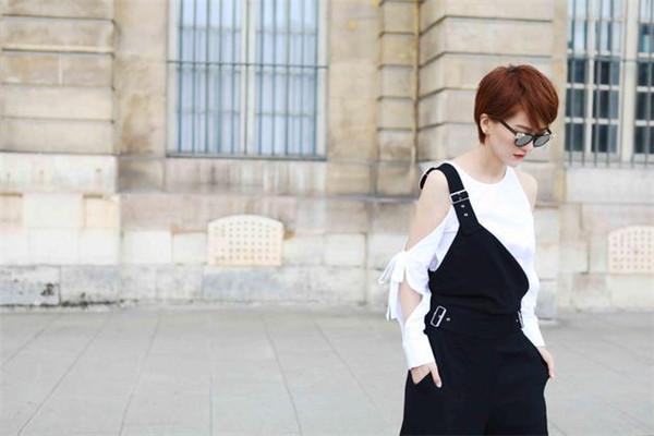 蔡淳佳街拍穿搭示范 白T+黑色背带裤酷感十足
