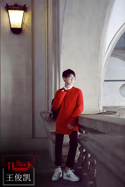 王俊凯街拍造型示范 没件毛衣怎么好好当暖男