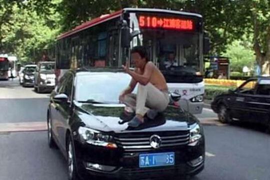 坐车头索要过路费 表示今天要拦一百辆车