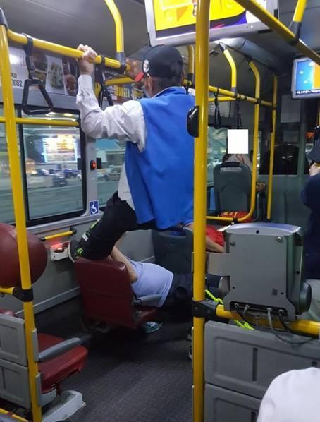 大爷公交吊杆飞踹 如此矫健身手还需要爱心专座?