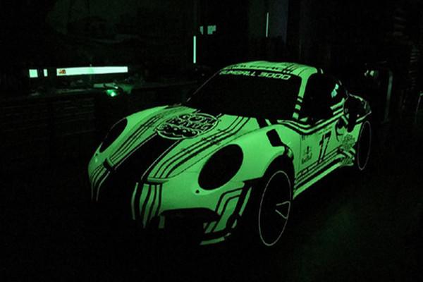 黑夜中的王者 保时捷911GT3RS荧光车漆抢眼