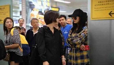 杨幂被赶出机场 原因如斯让人哭笑不得