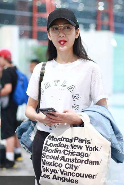 王鸥最新机场街拍示范 白T+牛仔裤简洁又时髦