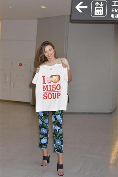 Miranda Kerr私服街拍示范 印花裤+无袖T女人味十足