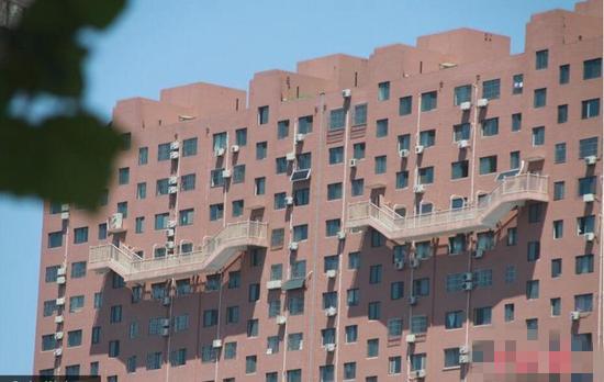 济南大楼半悬楼梯 50米高空路人直呼不敢看