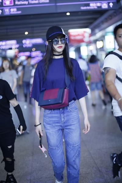 唐嫣穿衣搭配造型示范 蓝T+牛仔裤大走酷帅风