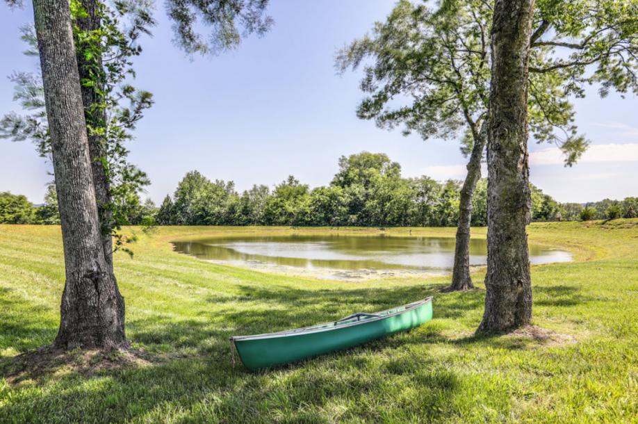 20.84英亩(约84336平方米)的土地带有池塘。