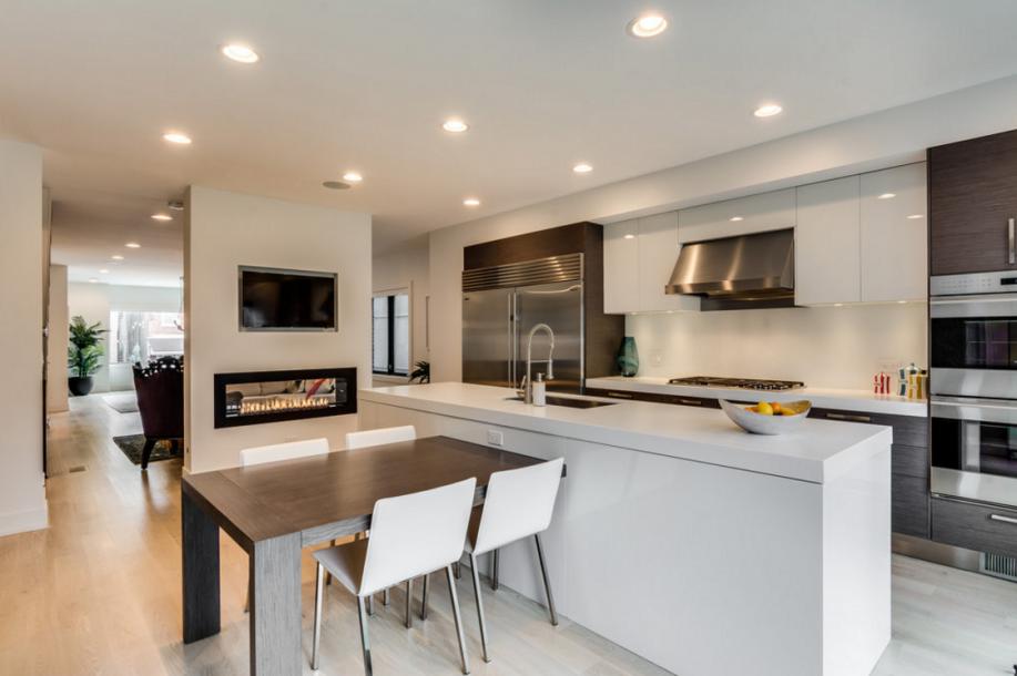 厨房里有整合式桌子、三英寸厚的Corian柜台和Wolf、Sub-Zero和Miele的电器。