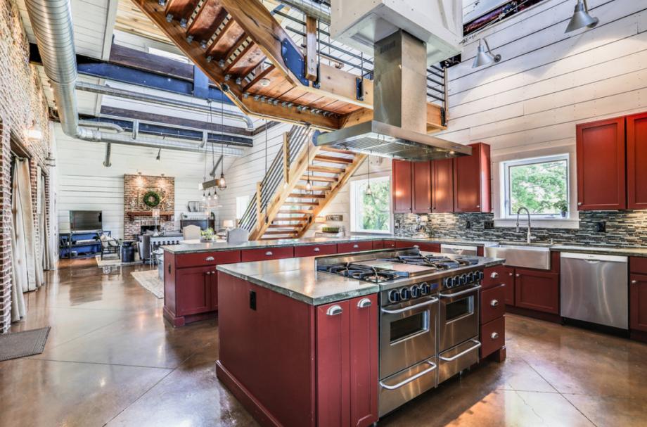 这幢房子附有一间宽敞的木镶板房,里面有玻璃车库门和混凝土地板。
