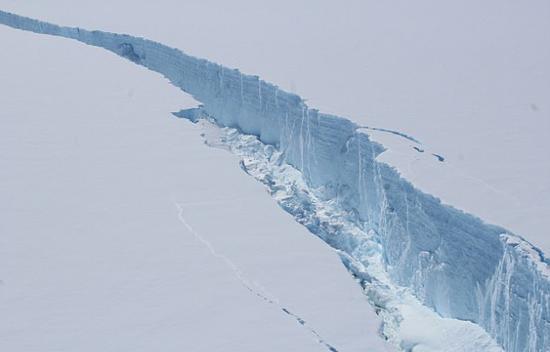 南极冰山脱离冰架 断裂将对海上交通造成不便