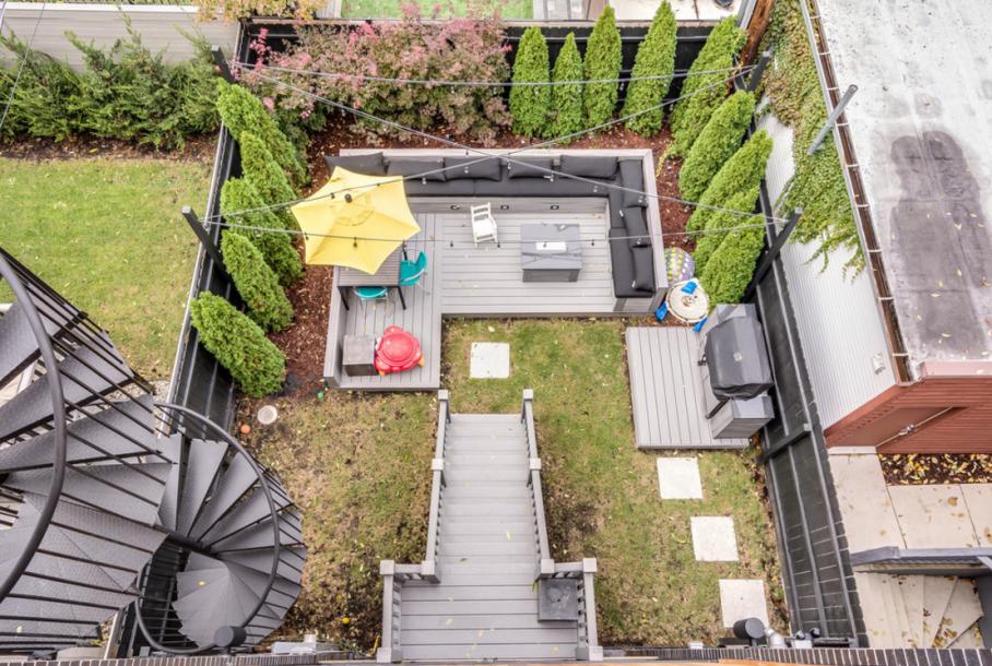 大宅有一个后院,里面有内置的长椅的露天平台。螺旋形的楼梯通往屋顶。