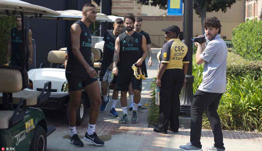 球员乘坐代步车前往训练场地