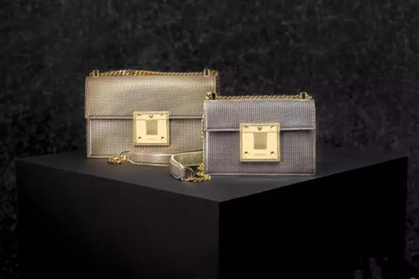 Versace推出新款Diamante包包 引领极简风潮