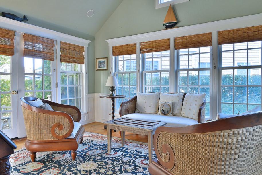 客厅之外是带有拱形天花板的日光室。