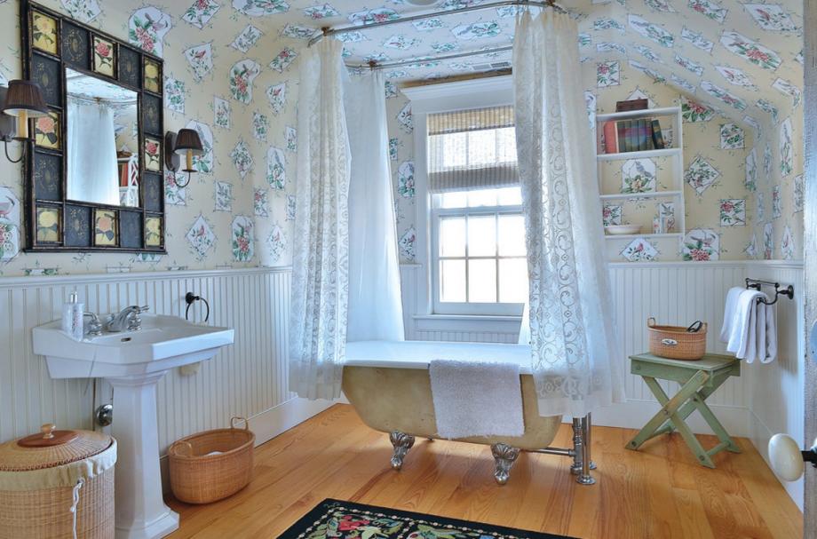 三楼有一间卧室套房,浴室里有猫脚浴缸。