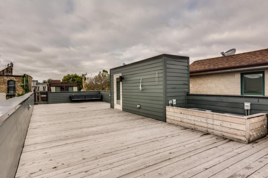 房子的屋顶铺有木板。