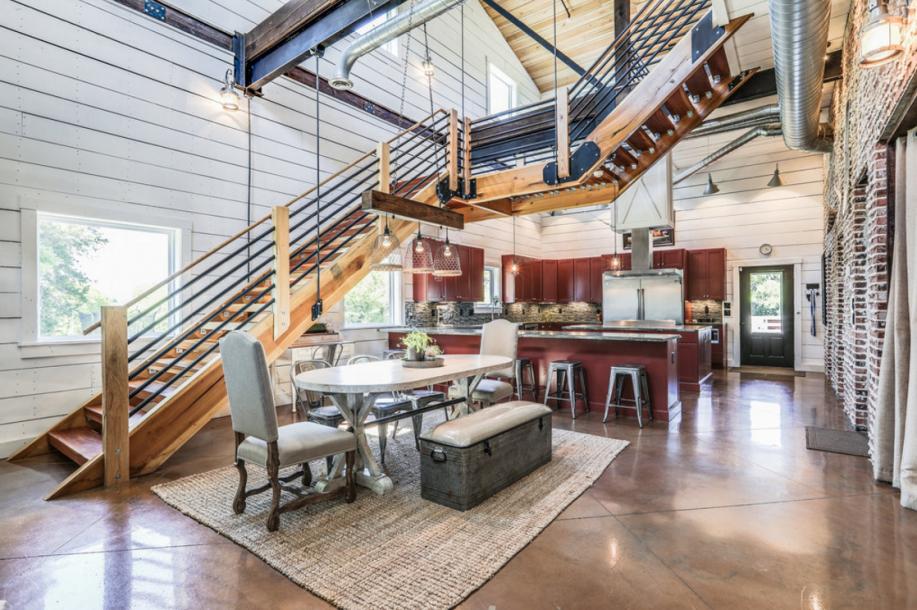 客厅、餐厅和厨房都是通透的。中间连接着巨大的双层空间,里面有砖和石壁混合板墙。