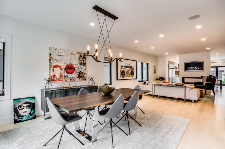 这栋房屋有白色的橡木地板和家庭自动化系统。房子前段的餐厅连通客厅。