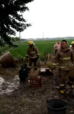 姜堰区一名女大学生做饭时液化气瓶喷出熊熊大火 消防员紧急救援