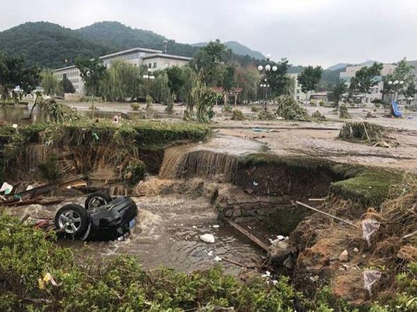 吉林永吉遭洪水突袭 车辆被洪水冲翻