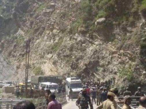 印度香客客车坠谷 警方正在调查事故原因