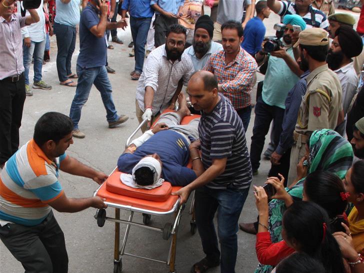 当地时间2017年7月16日,印度Ramban,印度警察和当地人在车祸现场实施救援。媒体报道称,一辆巴士在查谟-斯利那加国道发生车祸掉入峡谷,造成至少16名朝圣者死亡,超过30人受伤。
