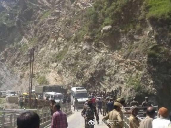 克什米尔客车坠谷 造成16人当场死亡27人受伤