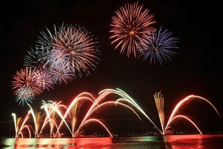 日本长野諏訪湖烟花密集绽放 约4万发的诹访湖祭湖上焰火大会