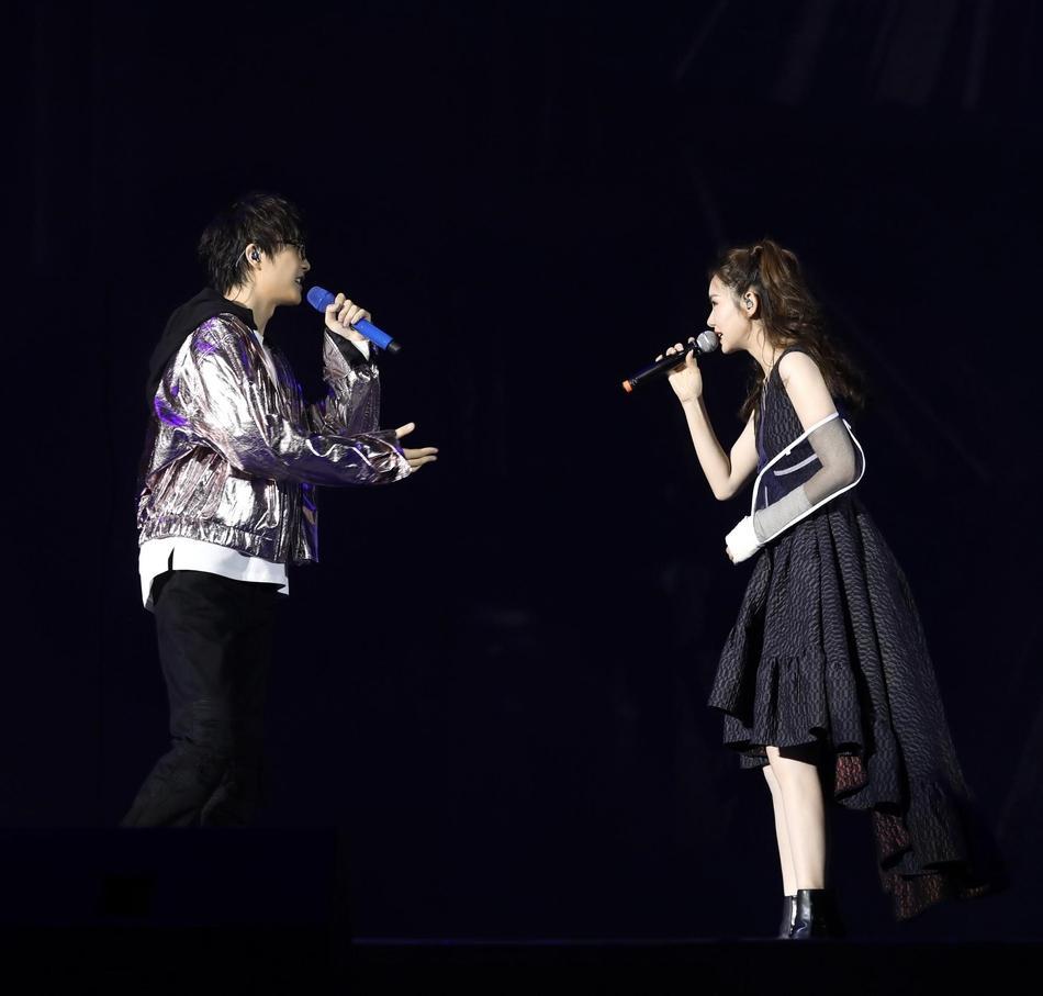 许嵩北京演唱会获戚薇助阵。