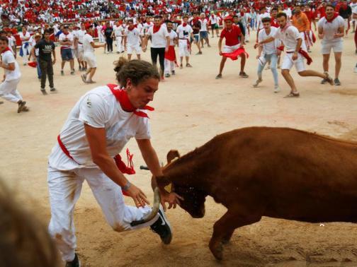 民众为公牛当脚垫 西班牙奔牛节民众用生命在狂欢