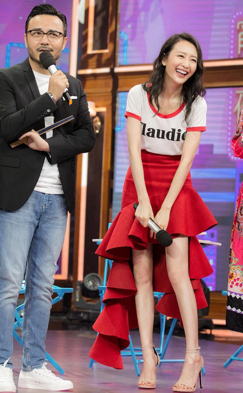 录制当天,王鸥身穿一件圆领白T搭配红色修身半裙,休闲时尚,长腿优势显露无疑,独特的裙摆设计更是让人眼前一亮。