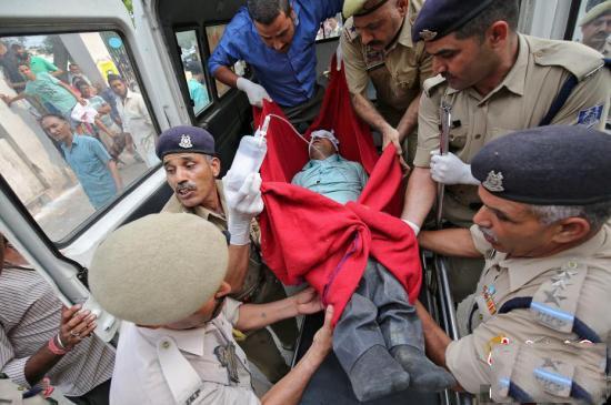 印度一巴士掉入峡谷 造成至少16人死亡超过30人受伤