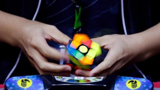 世界魔方锦标赛在巴黎举行 迎来全球69个国家的1100名选手