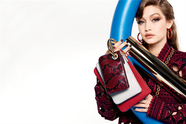 FENDI(芬迪)释出2017秋冬女士系列包包广告大片