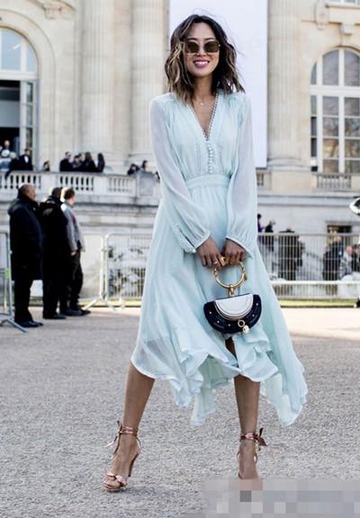 欧美穿衣搭配技巧示范 不规则连衣裙穿出飘逸个性