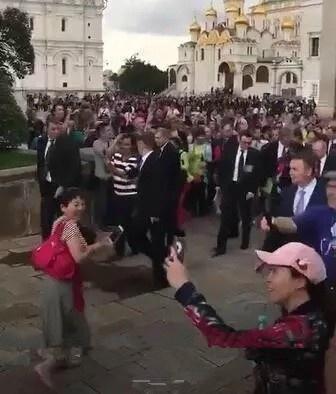 中国游客围堵普京 普京面带微笑淡定从游客中穿过