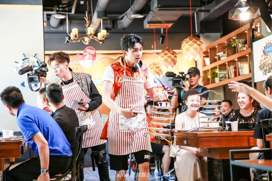 《奇楼》探秘团集体变服务员 上菜要靠抢画风也是十分慌乱