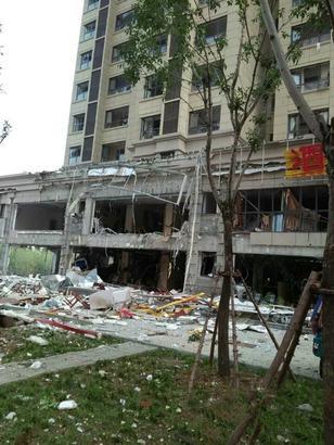 济南爆炸最新消息 外墙被炸没对面玻璃震碎 房屋保险来报销