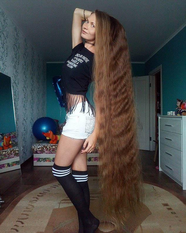 """俄罗斯美女14年未剪头发 被誉为现实版的""""长发公主"""""""
