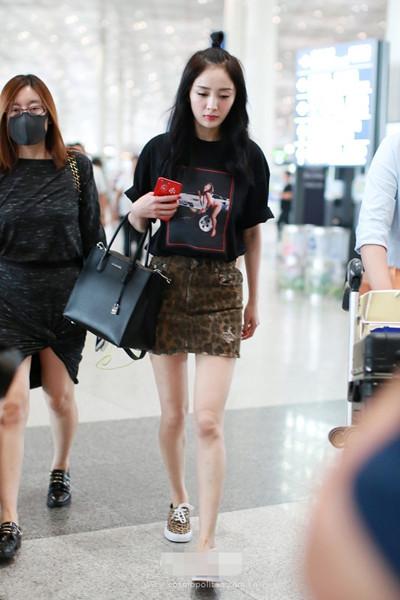 杨幂机场街拍造型示范 来套Tee+短裙少女力MAX
