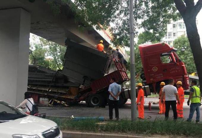 北京大货车卡桥 目前有关部门正在救援