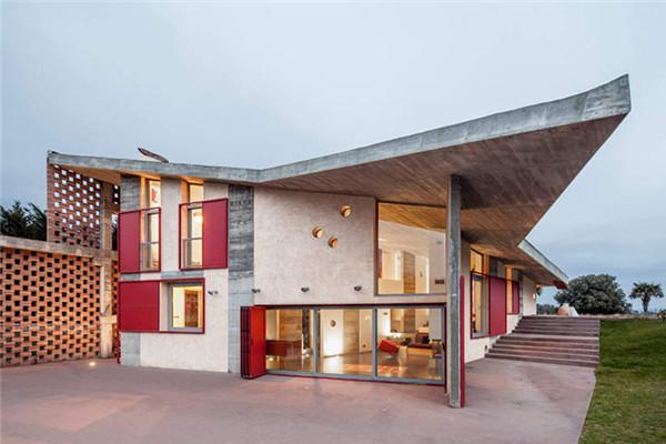 Casa Bitxo豪宅:镂空的砖墙将自然光引入室内